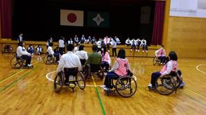 障がい者スポーツ(車いすバスケットボール)体験学習会の写真