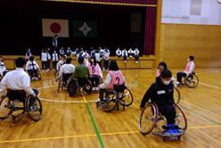 障がい者スポーツ(車いすバスケットボール)体験学習会の写真02