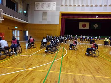 障がい者スポーツ(車いすバスケットボール)体験学習会の画像